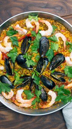Homemade Mixed Paella Loaded with shrimp, mussels, and chorizo, this aromatic paella is sure to be a crowd pleaser. Chorizo, Seafood Recipes, Cooking Recipes, Healthy Recipes, Mixed Paella Recipe, Seafood Paella Recipe, Spanish Paella, Spanish Food, Snacks Sains