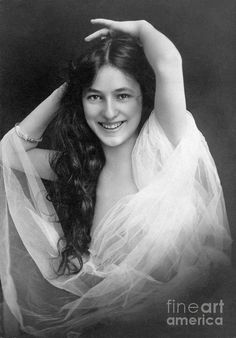 This is part 2 of Evelyn Nesbit's story. Read Part 1 here! Thanks to her success as a Floradora girl, Evelyn Nesbit was offered a one-year contract to perform in The Wild Rose. Evelyn Nesbit, Interesting History, Women In History, Classic Beauty, Vintage Pictures, Vintage Images, Vintage Photographs, Vintage Beauty, Belle Photo