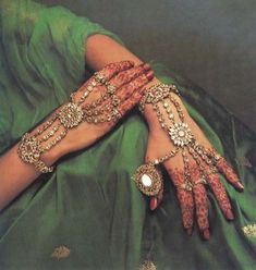 hath phool- It is a very gorgeous piece of hand jewelry. The basic design of a hathphool is to cover your wrist and fingers with rings. Muslim Wedding Dresses, Wedding Dress Trends, Sikh Wedding, Gothic Wedding, Wedding Hair, Bridal Hair, Indian Jewelry Sets, Indian Wedding Jewelry, India Jewelry