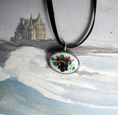 Broche/pendentif romantique en émail à petites fleurs roses et violettes sur fond vert et blanc