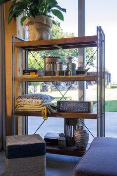 Trendhopper ● Open kast Industrial Bogar van hout met staal kan ook prima dienen als stoere roomdivider.
