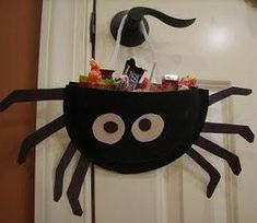 Ramblings of a Crazy Woman: Paper Plate Spider Candy Holder. Great Idea for Jake's Class Halloween Party Bricolage Deco Halloween, Dulceros Halloween, Bonbon Halloween, Halloween Infantil, Adornos Halloween, Manualidades Halloween, Halloween Crafts For Kids, Holidays Halloween, Halloween Treats