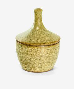 Tatsuzo Shimaoka Small stoneware jar, with cone lid, rope and slip inlaid decoration. H. 160mm