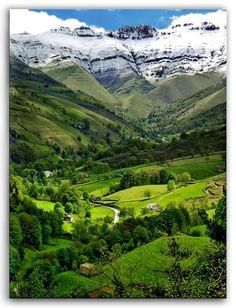 Al final de este valle hay un espectacular paseo al nacimiento del río Pisueña, ¿os venis a conocerlo?