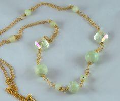 Long collier pierre en jade vert pâle dépoli et gravé, cristal champagne sur chaîne dorée