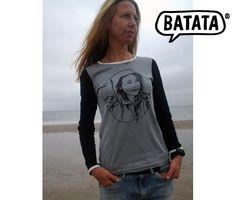 """Leicht tailliertes, alltagstaugliches Langarmarmshirt für Frauen, aus Bio-Baumwolle. Rücken und Vorderteil sind grau, die Ärmel schwarz und die Einfassungen weiß. Vorne drauf ein """"Meermädchen"""" bei Wind und Wetter. Bezugsquelle: http://www.batata.de/Shirts-fuer-Erwachsene/Frauenshirts/Longsleeve-Meerfrau-grau.html #Batata"""