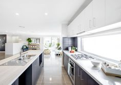A great blend of dark and light in this modern kitchen | Sekisui House