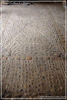 Saint Guilhem The Desert. A terrace calade with a pavement crossed. Pebble Floor, Pebble Mosaic, Stone Mosaic, Brick Steps, Brick Walkway, Stone Path, Pebble Stone, Garden Sitting Areas, Outdoor Paving