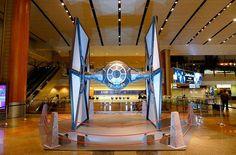 Истребители из Звездных воин приземлились в Сингапуре  Авиабилеты Москва - Бангкок от 24000 руб.  Копии истребителей из вселенной Звёздных войн приземлились сегодня в аэропорту Сингапура Чанги.  Начиная с 12 ноября пассажиры крупнейшего аэропорта Азии могут посетить установленные в терминалах 2 и 3 копииистребителей  X-Wing на котором летали повстанцы Альянса и имперский Empires TIE.  На рейс в специально окрашенном для этой акции самолете поклонники звездных воин могут попасть совершенно…