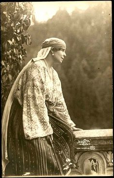 Regina Maria a României în costum popular - Queen Marie of Romania dressed in traditional costume Queen Mary, King Queen, Gypsy Life, Folk Costume, Anthropology, Fashion History, Traditional Outfits, Old Photos, Retro Fashion