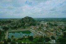 Junio 1988. Vista del estanque de purificación desde lo alto de la colina donde se levanta este templo de Tamil Nadu.
