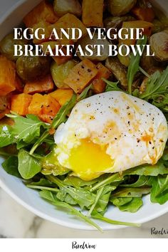 Salad for breakfast or eggs for dinner—however you look at it, this vegetable and protein-filled bowl will keep you satisfied for hours. Baked Breakfast Recipes, Easy Healthy Breakfast, Breakfast Bowls, High Protein Dinner, Loaded Sweet Potato, Healthy Salad Recipes, Dinner Recipes, Veggies, Cooking