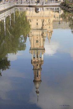 Reflejo de una torre gemela de la Plaza de España. Sevilla. España. Foto de J.M.Portillo