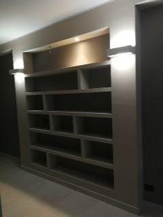 Libreria in cartongesso ricavato da una nicchia
