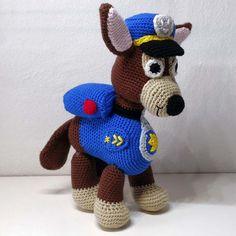 Hæklet Paw Patrol – Chase | 100% Bomuld. Den populære Chase fra paw Patrol i 100% bomuld. Kan maskinvaskes ved 60 grader. Nuancer er blå, brun, beige, rød & gul, den er udstyret med rygsæk på ryggen og har hæklede øjne, en hæklet kasket. Den har en højde på 25 cm. Denne hæklede Chase fra Paw Patrol, kan selv stå. Paw Patrol, Gul, Nuancer, Bomuld, Teddy Bear, Christmas Ornaments, Toys, Holiday Decor, Animals