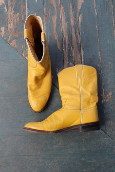awesome boots - festival style --- I have them in RED since 2006 - original from Arizona / Douglas City Winter Trends, Festival Fashion, Festival Chic, Mustard Yellow Outfit, Bourbon And Boots, Yellow Boots, Yellow Leather, Classic Outfits, Cool Boots