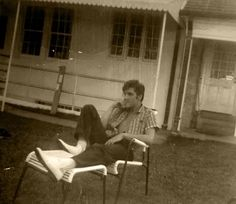 believe this is an unpublished picture of Elvis sitting in the backyard of Graceland - August 27th 1957. this is the photo !!!!!