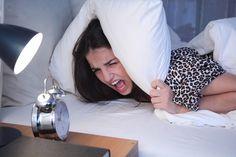 Es gibt verschiedene Arten von Schlaflosigkeit, aber was kann man überhaupt dagegen tun? #Schlaflosigkeit #Insomnia #Gesundheit #Schlaf #Psychologie Over Ear Headphones, Insomnia, Psychology, Health