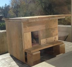 Nice and warm, this cat house is made with pallet wood, carpet flooring and insulation on the walls .... Bien au chaud contre le froid et le vent, avec du