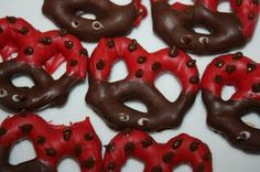 Lady Bug Pretzel Bites -These bugs are so easy to make. Pretzels, red, and milk chocolate.(and white chocolate if you want to add eyes, which is not necessary). Yummy Treats, Delicious Desserts, Sweet Treats, Yummy Recipes, Cute Food, Good Food, Yummy Food, Ladybug Pretzels, Dipped Pretzels