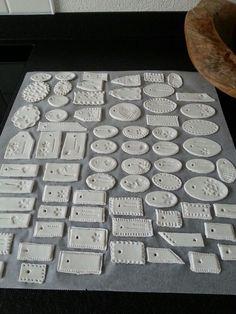 labeltjes van witte klei van de A