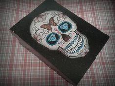 Porta jóias ou bijuterias em mdf, pintada a mão, com decoupage de caveira mexicana. Tem 5 compartimentos para separar as bijuterias e espaço para pendurar anéis. R$ 35,55