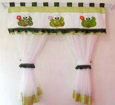 cortina em tecido voal e gorgurinho com aplicação de linda sapinha R$130,00