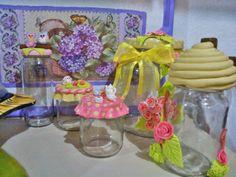 essas são algumas pessas que eu fiz potes decorados com biscuit e uma bandeja decorada com decoupagen de flores