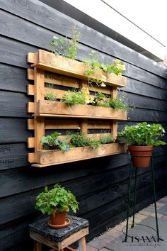 44 Pallet Planter Ideas For Your Balcony Garden - Balcony Decoration Ideas in Every Unique Detail Garden Garden apartment Garden ideas Garden small Ponds For Small Gardens, Unique Gardens, Back Gardens, Outdoor Gardens, Garden Ponds, Vertical Herb Gardens, Pallet Garden Walls, Diy Garden Decor, Balcony Decoration