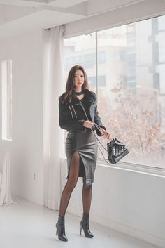 Korean black leather dress, with high heels, is simply too sexy – Easy Style Now Korean Fashion, Trendy Fashion, Girl Fashion, Tumblr Aesthetic Clothes, Stylish Outfits, Cute Outfits, Mode Latex, Black Leather Dresses, Leather Skirt