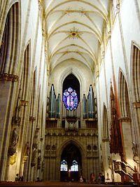 Catedral de Notre-Dame de Estrasburgo . Fue construida entre el 1015 y el 1439, y es considerado un ejemplo destacado de la arquitectura del arte gótico tardío, acumulando por la maestría de diferentes arquitectos venidos sucesivamente de Borgoña, el reino de Francia y del Sacro Imperio para su construcción que combinaron los estilos de obras como las de Sens, una de las primeras del gótico. Su  campanario  fue la obra arquitectónica más alta del mundo durante 200 años