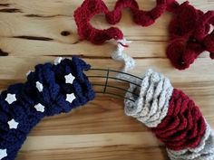 American Flag Wreath - Highland Hickory Designs - Free Crochet Pattern Crochet the American Flag Wreath to show some American pride! This is a beginner friendly and free pattern that would make an amazing gift for a veteran. American Flag Crafts, American Flag Scarf, American Flag Wreath, American Flag Wood, American Pride, Patriotic Wreath, Patriotic Crafts, Patriotic Decorations, Crochet Christmas Wreath