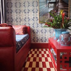Tecidos IFD2 revestindo as paredes da loja Madeira Bonita, em parceria com o designer @alessandrobergamin!!Estampa Giardino – Azul RoyalCréditos: @studiobergamin @madeirabonita#decor #ifd2 #madeirabonita #papeldeparede #blue #decoration#beauty #decoração #style #home #color #details #2tone #vintage#homedecor #design #styledetails