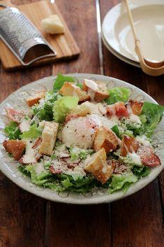 シーザーサラダ by 栁川かおり / たっぷりのレタスにカリカリベーコン、こんがりバゲットととろとろ温泉卵。チーズもたっぷりかければレタスがたっぷり食べられます。 / Nadia