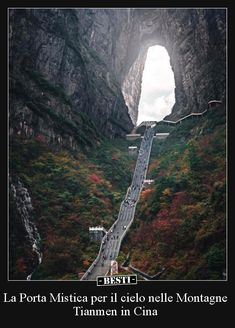 La Porta Mistica per il cielo nelle Montagne Tianmen in. What A Wonderful World, Wonderful Places, Great Places, Beautiful Places, Zhangjiajie, Heavens Gate China, Travel Around The World, Around The Worlds, Travel Tours