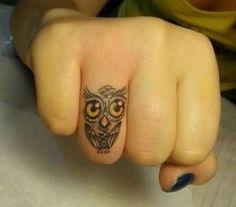 Piccolo tatuaggio femminile Gufo sul dito