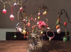 Paasknutsel DIY: paashanger voor in de paastak! Glass Vase, Hanger, Home Decor, Clothes Hanger, Decoration Home, Room Decor, Clothes Hangers, The Hunger, Home Interior Design