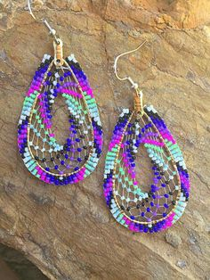 .... Bead Jewellery, Seed Bead Jewelry, Seed Bead Earrings, Hoop Earrings, Jewlery, Beaded Earrings Native, Beaded Earrings Patterns, Native American Earrings, Native American Beadwork
