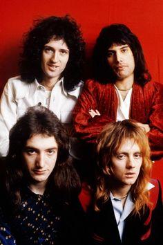 A red Queen, 1975 Queen Brian May, Queens Wallpaper, Classic Rock Bands, Queen Pictures, Queen Images, Roger Taylor, We Will Rock You, Music Pics, Queen Freddie Mercury
