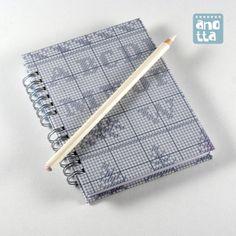Libreta hecha a mano reciclando viejos patrones de costura de la revista «Labores del Hogar».