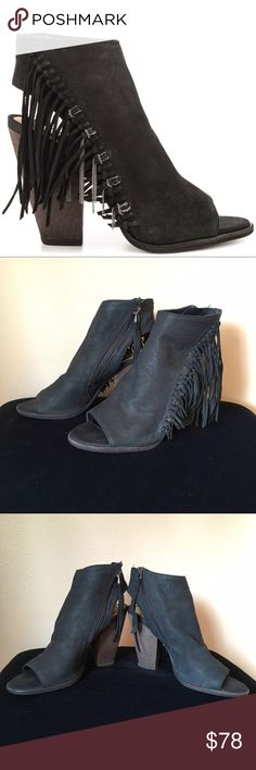 Dolce Vita sz 8 Noralee leather and chain fringe Dolce Vita size 8 black Noralee leather and chain fringe peep toe heel. The shoes are in near perfect condition hardly worn. Super sexy!!! 3 1/2 inch heel and interior zipper that make it easy to get on. Dolce Vita Shoes Heels