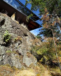 Cliffside Ocean Residence Dramatically Adapted to an Irregular Terrain: Tula House