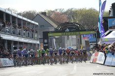 2014 scheldeprijs photos - The peloton on one of their first passes through Schoten