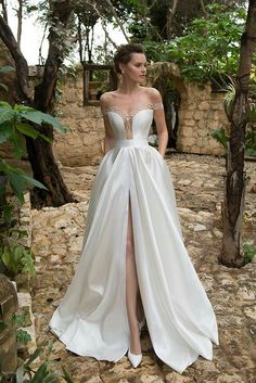 . Slit Wedding Dress, Princess Wedding Dresses, Best Wedding Dresses, Bridal Dresses, Wedding Gowns, Lace Dress, Wedding Skirt, Wedding Ceremony, Lace Wedding