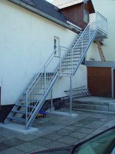 Stiegen und Geländer aus feuerverzinktem Stahl