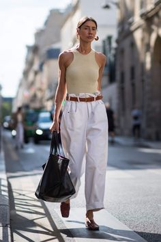 How to wear fall fashion outfits with casual style trends Easy Style, White Slacks, Moda Jeans, Look Street Style, Madrid Street Style, Pantalon Large, Mode Streetwear, Outfit Trends, Outfit Styles