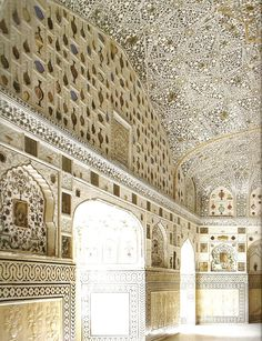 The Mughal styled Shish Mahal (Hall of Mirrors) at Jai Mandir at Amber Palace. Via The Majesty of Mughal Decoration, George Michell, Thames and Hudson, with Kaveri Singh and Tj Singh Mughal Architecture, Historical Architecture, Art And Architecture, India Asia, Rajasthan India, Amer Fort, Hall Of Mirrors, Sacred Art, Apartment Interior