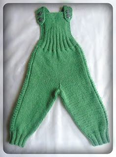 Вязание крючком и спицами/Crochet and knitting: Как связать простой полукомбинезон спицами.