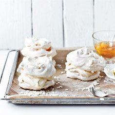 Mini pavlova meringues with orange flavor, custard, and caramelised oranges Delicious Desserts, Dessert Recipes, Yummy Food, Mini Meringues, Meringues Recipe, Mini Pavlova, Let Them Eat Cake, Custard, Sweet Recipes
