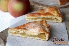 Una torta di mele che ricorda l'apple pie americano, con le mele racchiuse in uno scrigno di pasta frolla. La frutta viene ridotta a fettine e cotta brevemente con poco zucchero e aromatizzata con la cannella. Se invece preferite le preparazioni cremose potete provare a realizzare anche questo cremoso di mele e fragole.